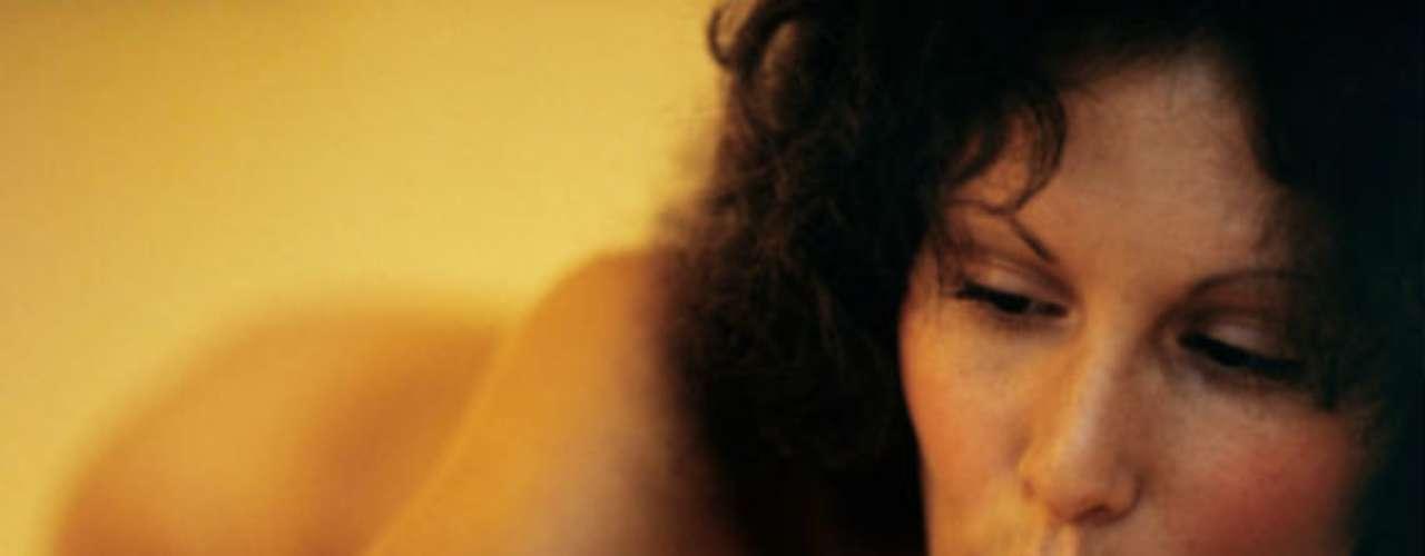 Linda Lovelace rodó en 1972 la primera y más clásica película de porno: 'Garganta profunda'. Luego protagonizaría otras tres secuelas de esteclásico del cine XXX. En 1970 sufrió un accidente en Nueva York que la obligó a hacerse unas transfusiones de sangre donde contrajo hepatitis y murió.