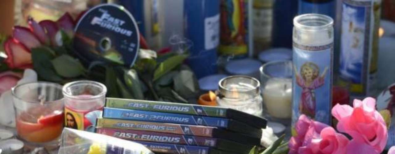 Los fans de la saga 'Rápido y Furioso' han dejado sus colecciones de la película en el sitio donde Paul y Roger Rodas perdieron la vida.