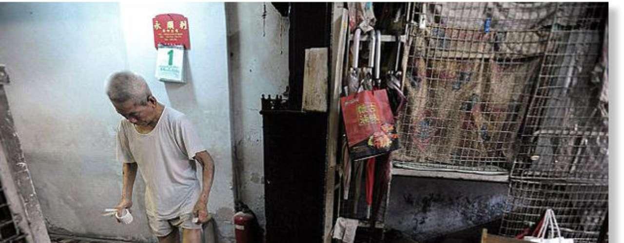 Hong Kong forma parte de China administrativamente. Es una antigua colonia británica que ha experimentado un crecimiento económico exponencial en los últimos años. Pero detrás de ese progreso, se esconde su peor faceta, los pobres que viven en jaulas de 1,5 metros cuadrados, que pagan 165 dólares de alquiler. Se calcula que hay unas 100 personas en estas condiciones, la mayoría de ellos, hombres mayores de edad solteros, que no consiguen empleos formales.