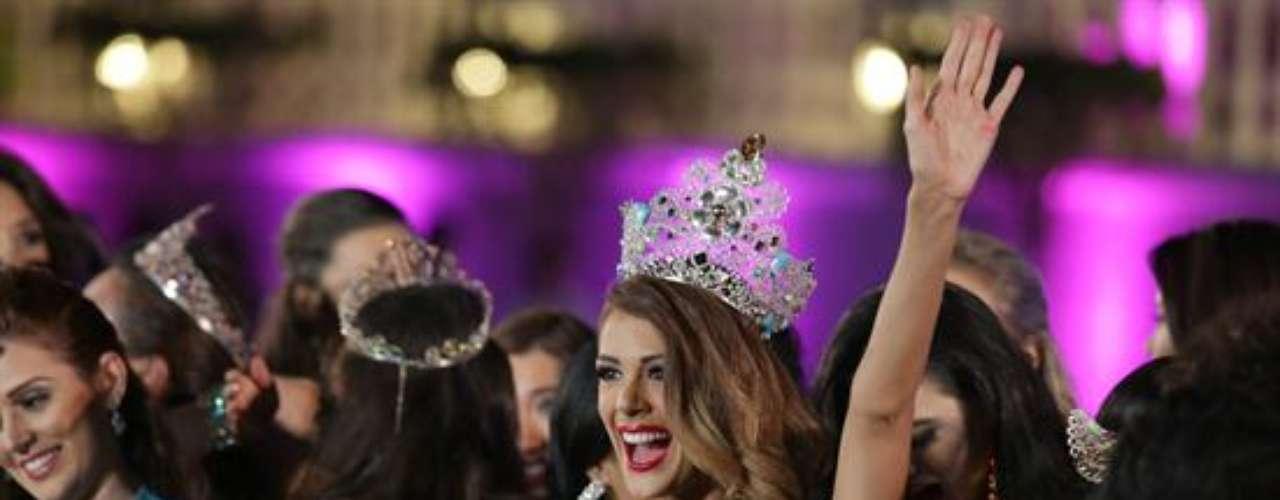 Compitió durante varias semanas contra 87 candidatas de todo el mundo, pero su belleza, encanto y simpatía la hicieron digna de la corona, mayor galardón del certamen, durante la final que tuvo lugar en el Palacio de Versailles de Manila.