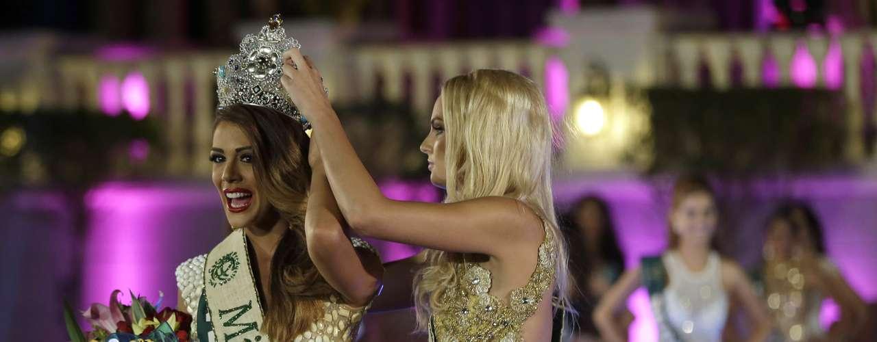 La venezolana sucedió en el trono a la checa Tereza Fajksová durante un espectacular show que tuvo lugar en Filipinas.