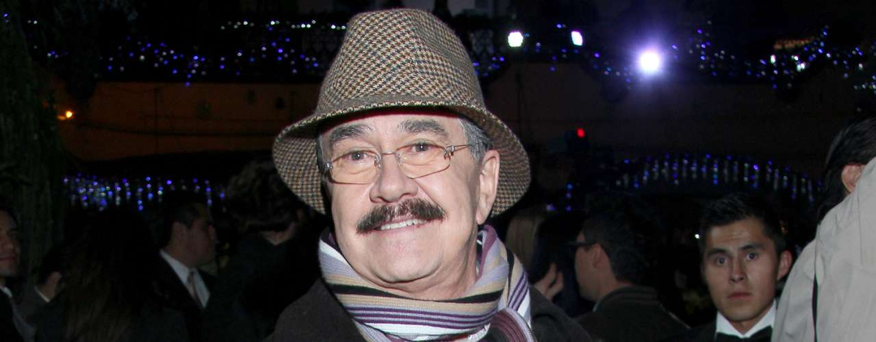 Pedro Sola dijo a TV Notas que conoció a su novio 30 años menor que él por internet, y poco tiempo después de la muerte de su madre, por lo que lo sientiócomo un regalo del cielo. El conductor de 'Ventaneando' hizo la revelación a finales de 2013, y se confesó\