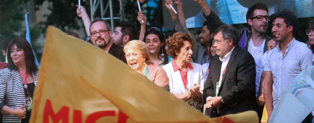 La presidenta electa Michelle Bachelet, celebró su triunfo reiterando su compromiso con una serie de cambios sociales entre los que destacó con mayor fuerza la educación gratuita y de calidad y la instalación de una nueva constitución.