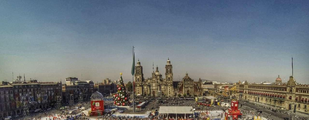 Para estas fiestas navideñas el Gobierno de la Ciudad de México ofrece a los visitantes la Pista de Hielo artificial más grande que se haya instalado en el Zócalo capitalino y que fue edificada con la más alta tecnología.