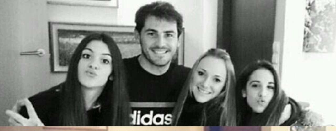 Iker Casillas y Sara Carbonero posaron para un grupo de fans esta pasada Navidad en Navalacruz, el pueblo del potero blanco. La imagen se encuentra colgada en Twitter.