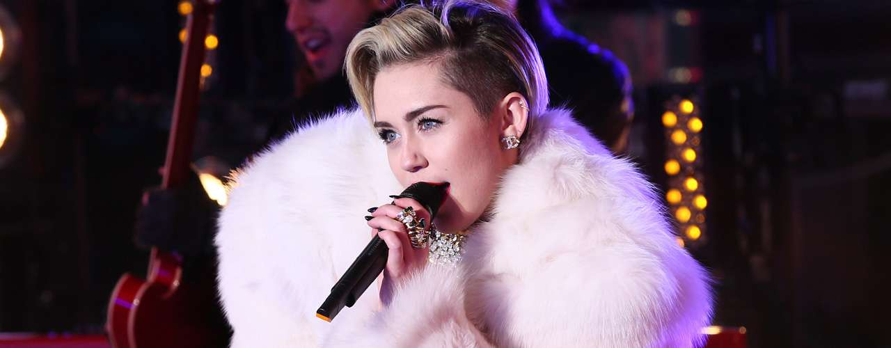 Cantó ante el público que formó parte del 'New Year's Rockin' Eve 2014'  los temas 'Wrecking Ball' y 'Get It Right'.