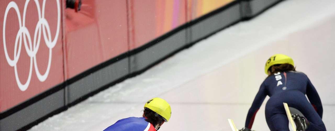 No estaban jugando a ser bebés de nuevo. La checa Katerina Novotna y la estadounidense Allison Bayer fueron a dar al suelo en la prueba de 500 m pista corta de velocidad en Turín.