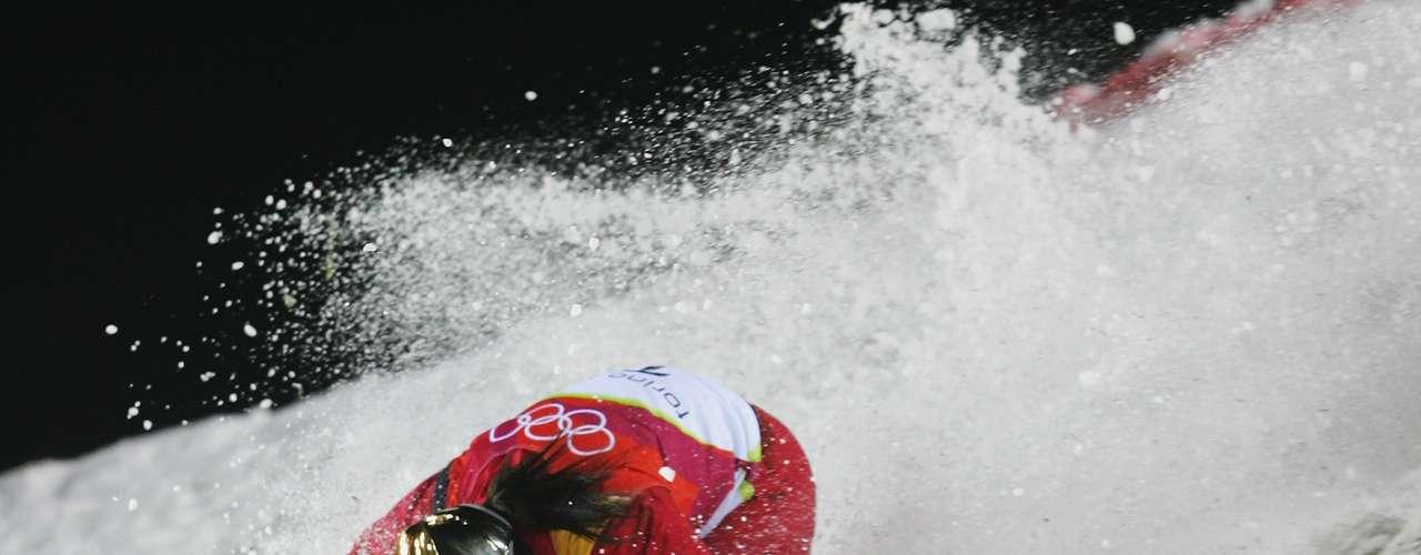El salto con esquí es una de las pruebas más peligrosas de lasOlimpiadas de Invierno. El chino Xinxin Guo lo comprobó y sufrió una estrepitosa caída a alta velocidad en Turín.