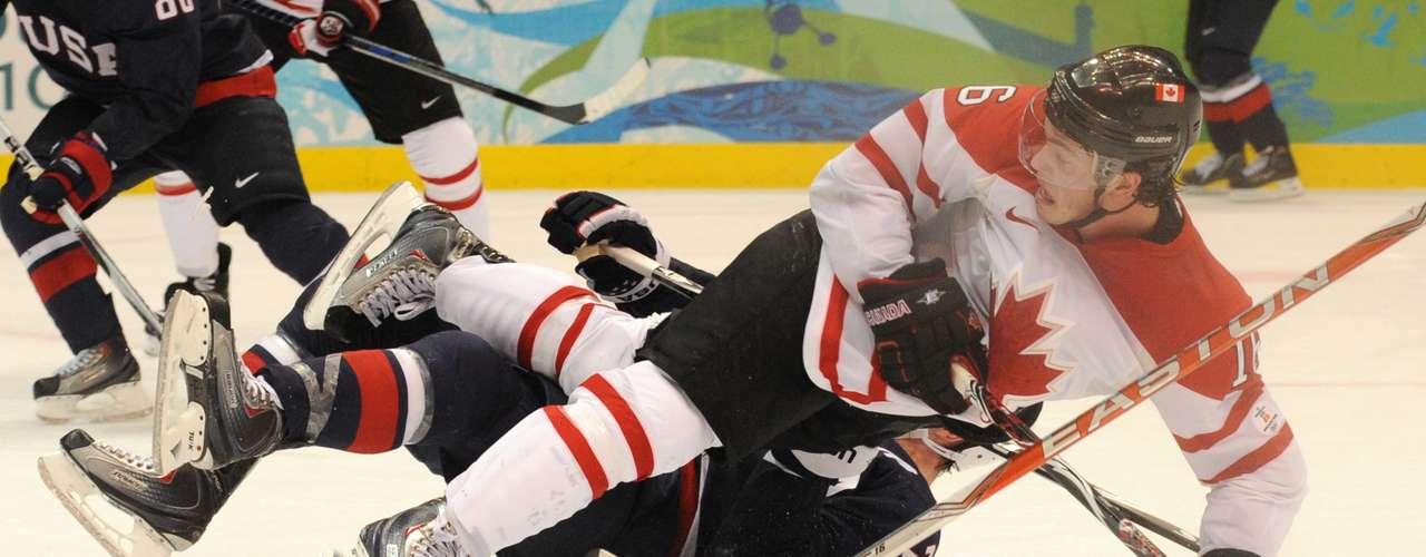 El hockey tampoco se salva de las caídas, como lo demostró el canadiense Jonathan Toews, quien cayó sobre el estadounidense Ryan Suter.