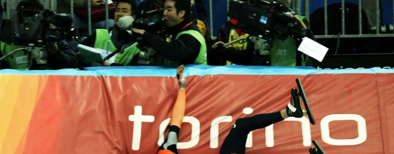 Las bandas de contención de las pistas son acolchadas, pero eso no evitó que el holandés Erben Wennemars quedara adolorido luego de caerse en la final de la prueba de velocidad de 500m en Turín 2006.
