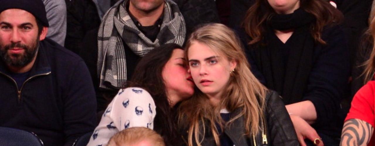 La actriz Michelle Rodriguez y la súper modelo Cara Delevigne se mostraron muy cariñosas y besuconas durante un partido de basketball de los Knicks en el Madison Square Garden en Nueva York