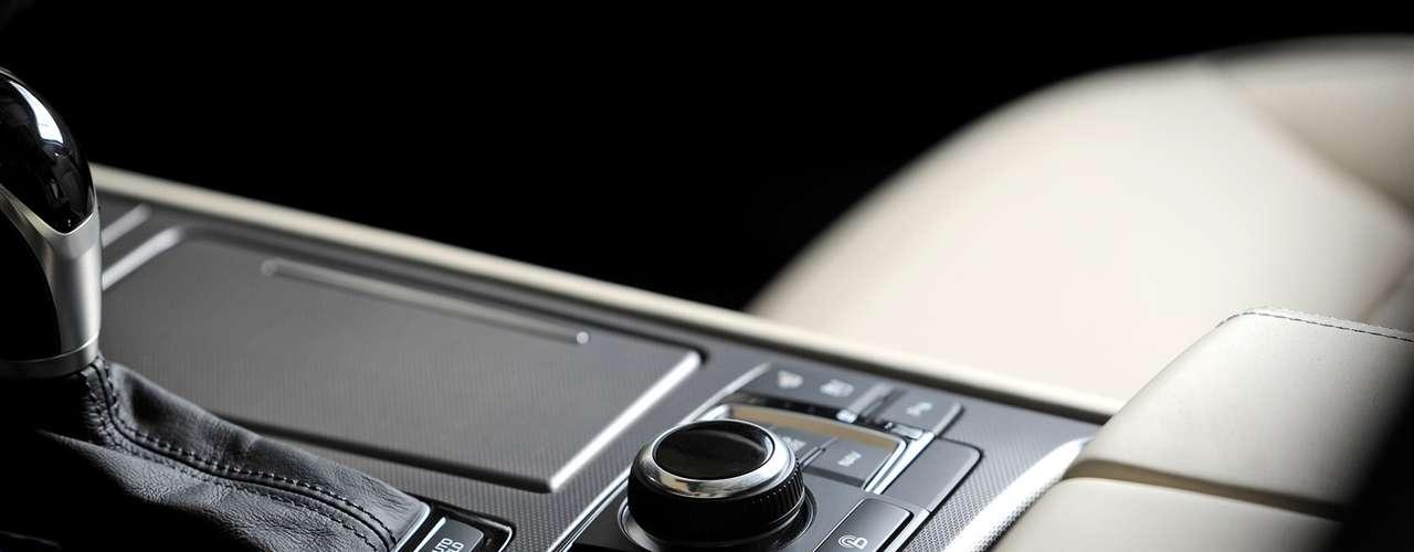 El volumen interior total es de unos impresionantes 123,0 pies cúbicos, una ventaja sobre los competidores clave. Como parte de este espacioso diseño interior el Génesis ofrece margen de maniobra frente a los mejores en su clase. El diseño del volante y agarre se ha mejorado