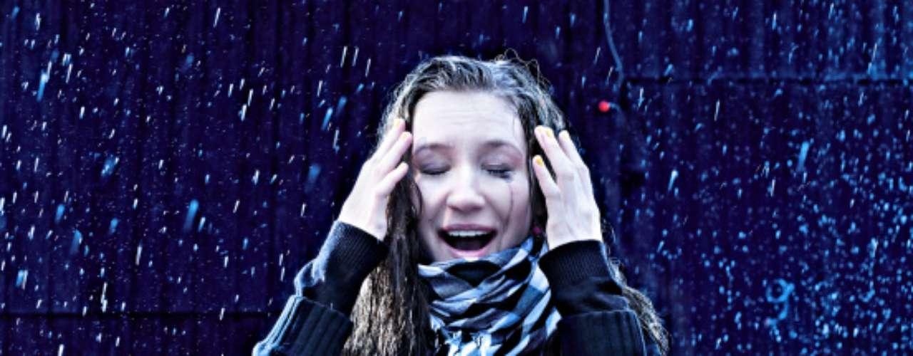 8. La lluvia arruina tu peinado. Terminó tu sesión de 2 horas en la peluquería para quedar lacia o para hacerte ese peinado glamuroso para tu cita o evento de la noche y de pronto se desata una lluvia. Das un grito al cielo e intentas tapar tu cabeza con las manos para que no se arruine lo trabajado.