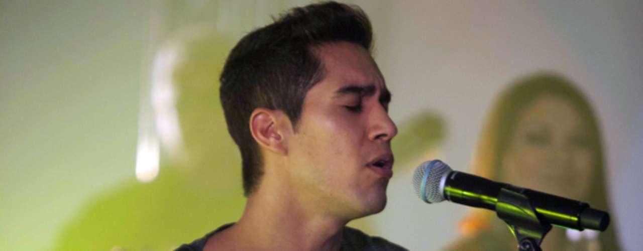 El cantante brilló al lado de su banda, integrada por paisanos y compañeros de colegio, lo que jugó un papel fundamental en el sonido impecable que presentó.