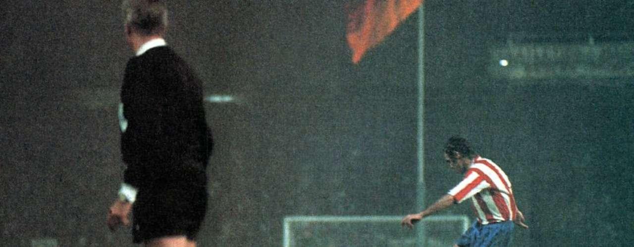 Gol de Luis Aragonés de lanzamiento de falta durante la final de la Copa de Europa disputada en 1974 entre elAtlético y elBayern alemán (1-1).