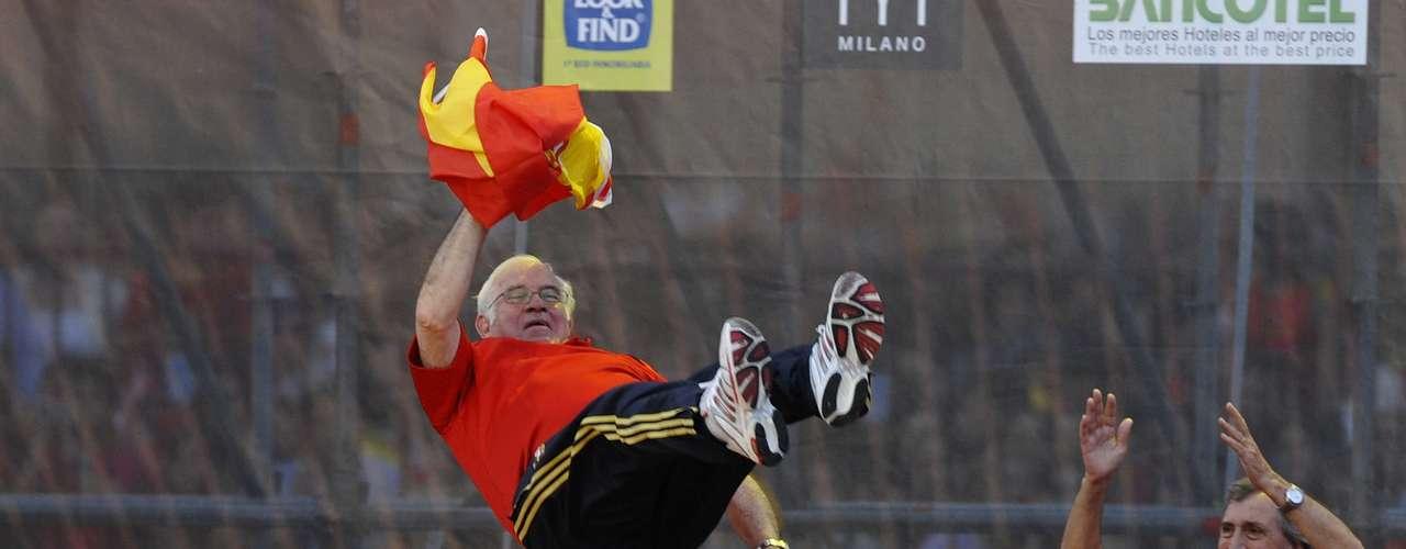 Los jugadores de la selección española mantean a Luis Aragonés tras proclamarse España campeona de la Eurocopa de 2008