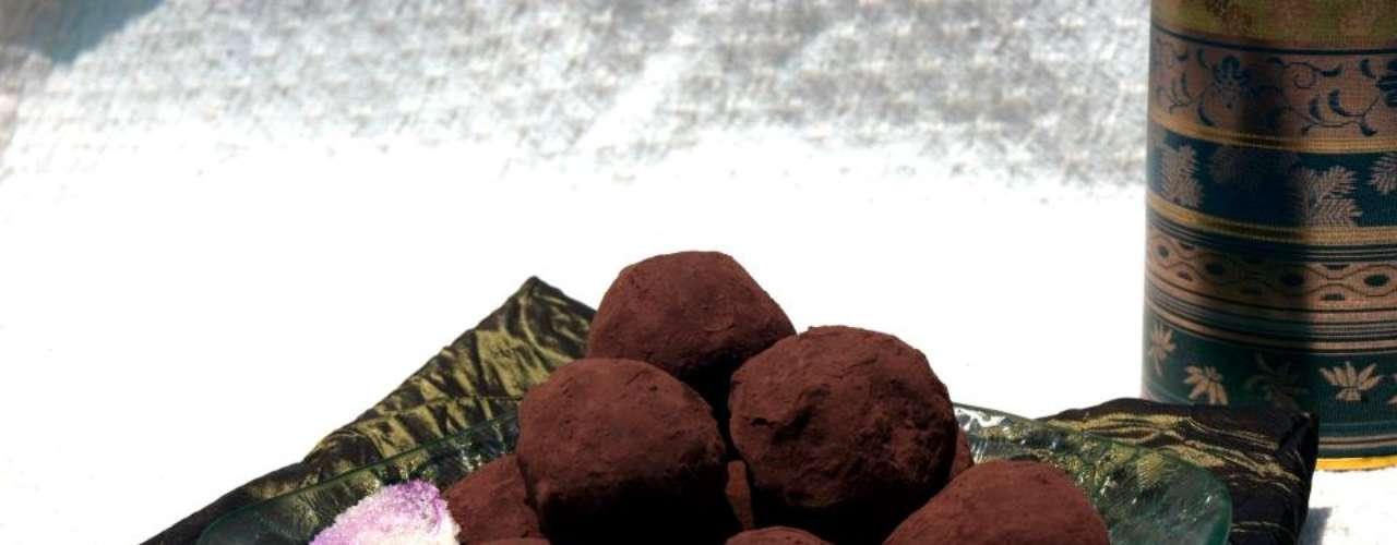 Trufas de La Ruta de la Seda. Estas trufas orgánicas están hechas con chocolate sin aditivos y flores de lavanda cultivadas sin pesticidas. ¿Qué puede ser más romántico que eso?
