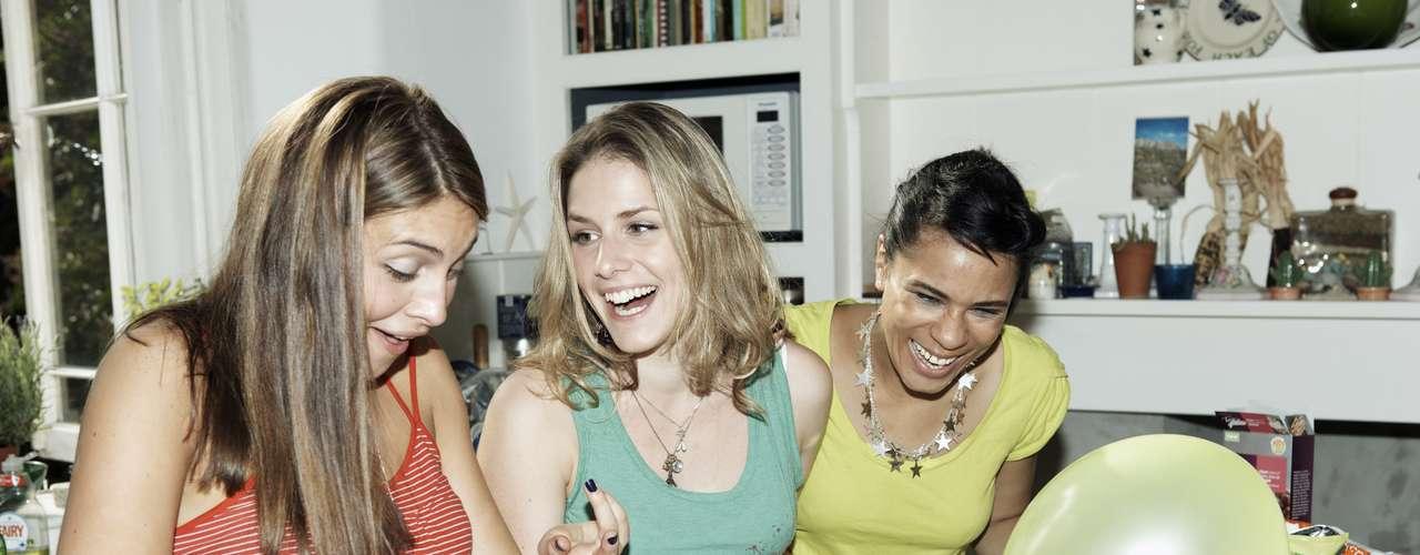Fiesta de amigas. Si no tienes pareja, ¡qué mejor! Reúnete con tus viejas amigas para platicar y tomar unos tragos. Será realmente divertido.