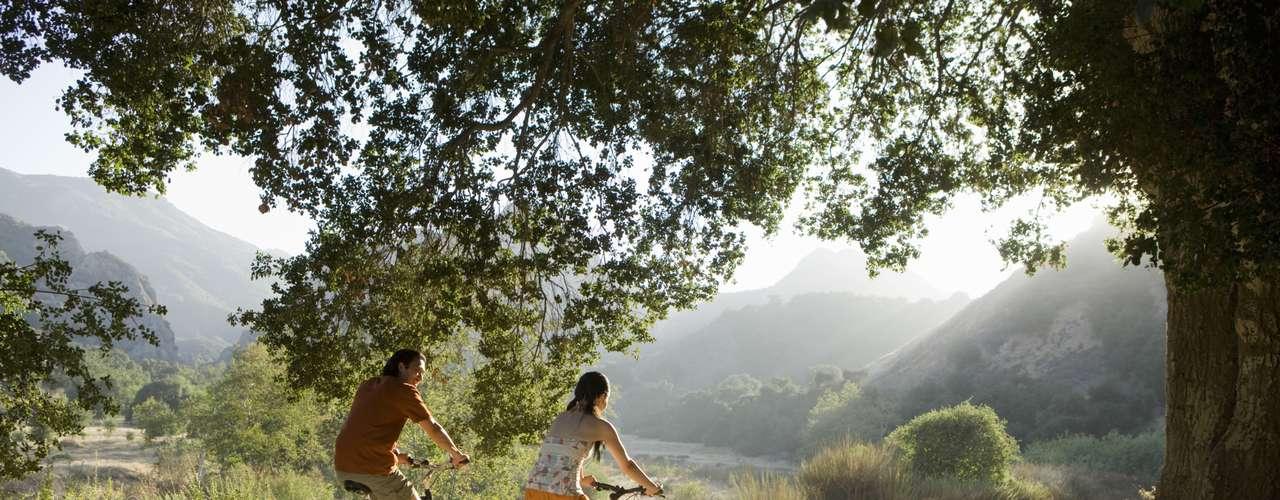 Den un paseo ciclista. De noche o de día, esta aventura en dos ruedas será divertida y se harán cómplices, sin duda.