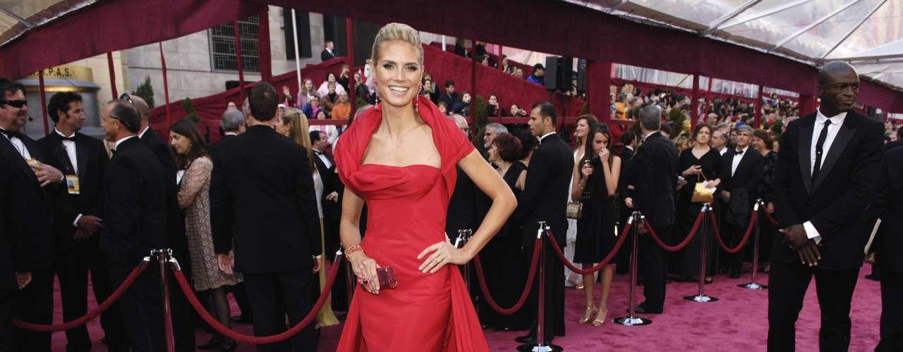 El rojo es siempre un color arriesgado para vestir en la alfombra roja, pero este espectacular vestido escarlata de Heidi Klum, firmado por John Galliano en 2008, fue una excepción a la regla.