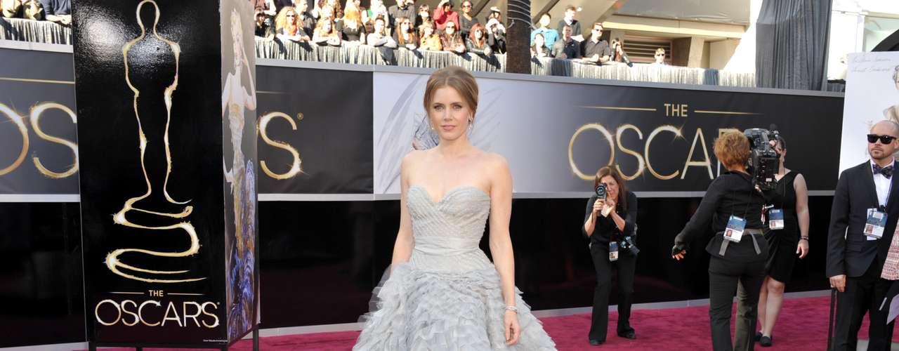 Dos años después, Adams regresó a la alfombra rojacon un vestido del diseñador dominicano-estadounidense Óscar de la Renta, figurando entre las más bellas de la gala.