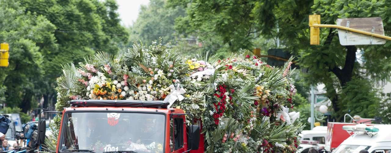 Se trata de los cuatro bomberos de la Policía Federal que perdieron la vida ayer durante un incendio en un depósito de Barracas. El cortejo llegó a las 17.05 al cementerio de la Chacarita, donde serán sepultados los restos.