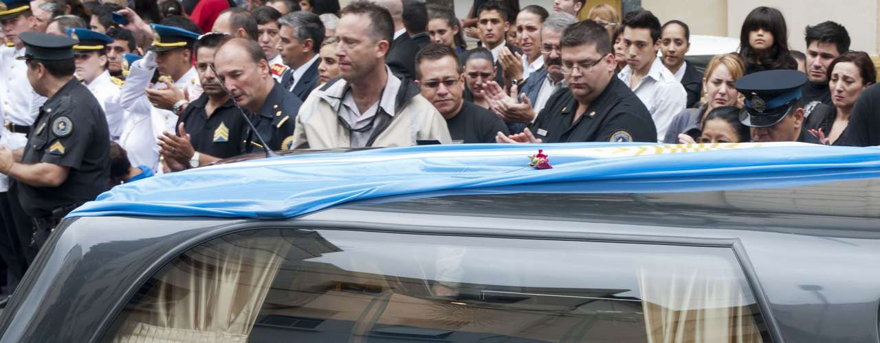 El cortejo fue presidido por la autobomba que habitualmente usaban los bomberos fallecidos, la cual portaba ofrendas florales, mientras que durante todo el trayecto el paso de la caravana estuvo acompañado por las sirenas de los bomberos.