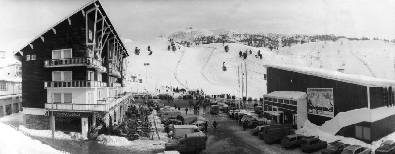 En 1967, el COI comenzó a realizar los primeros controles antidopaje. Inicialmente en los Juegos Olímpicos de 1968 en Grenoble, Francia, se realizaron de forma aleatoria. El primer atleta en dar positivo en un control antidopaje fue el jugador de hockey sobre hielo, el alemán Alois Schloder, al que se le detectó efedrina en su organismo. Por ello fue descalificado del torneo aunque a su equipo se le permitió seguir compitiendo.