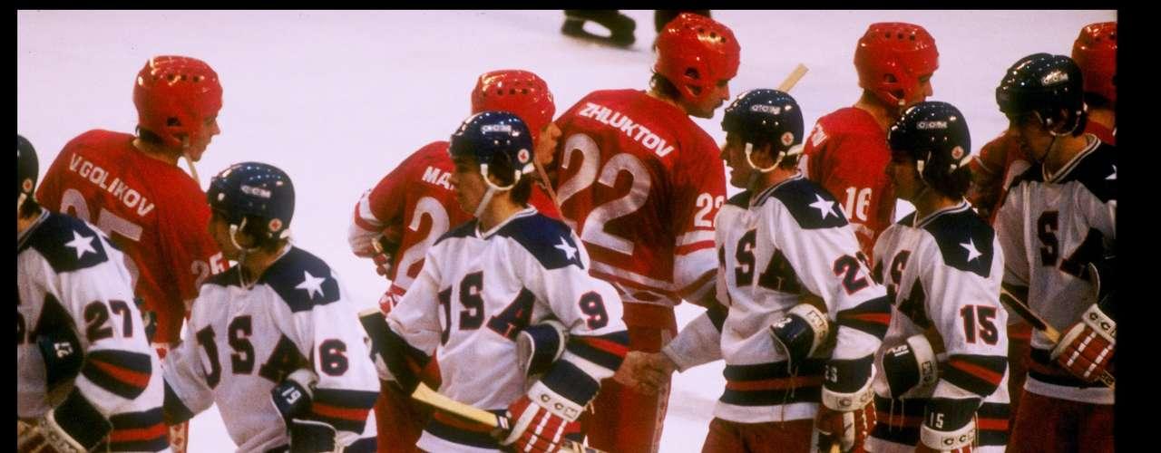 En 1980, Lake Placid, Estados Unidos, los Juegos fueron un éxito en el plano deportivo, pero se desarrollaron bajo una atmósfera muy cargada por las tensiones diplomáticas entre Moscú y Washington.