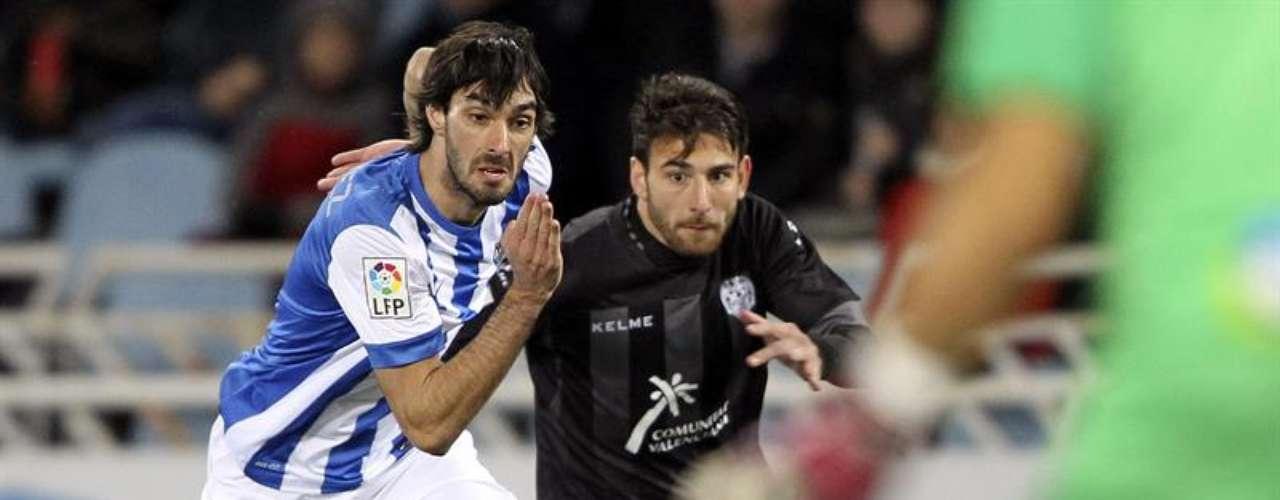 Carlos Martínez y Rubén García pugnan por un balón