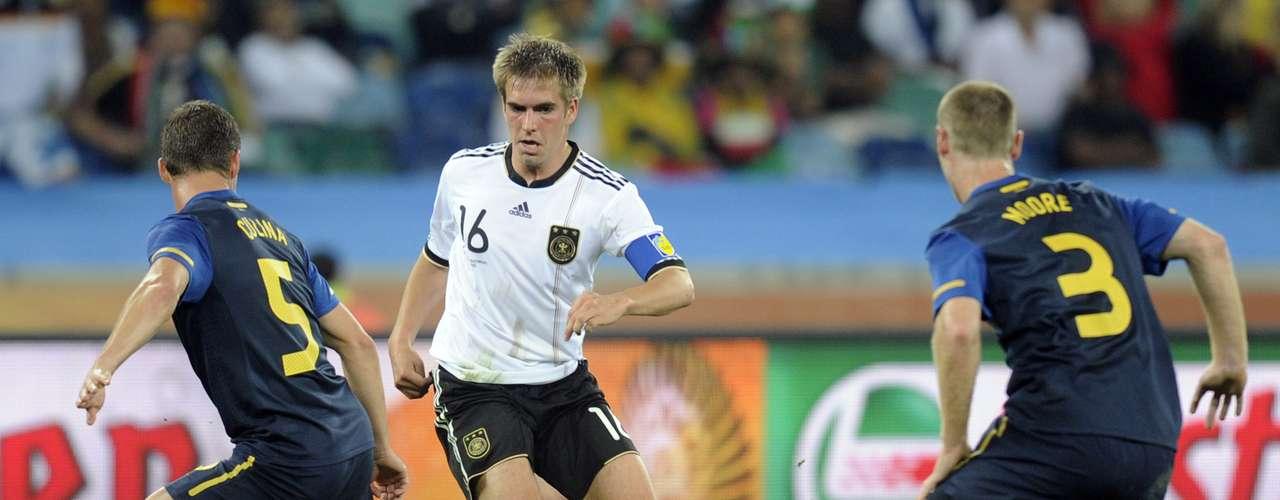 En el 2010 la suerte fue diferente. Australia fue colocada en el grupo con Alemania, Ghana y Serbia, fue goleado por los alemanes y empató con Ghana, dejando su suerte muy complicada pero en sus manos en el último partido de grupo ante Serbia.