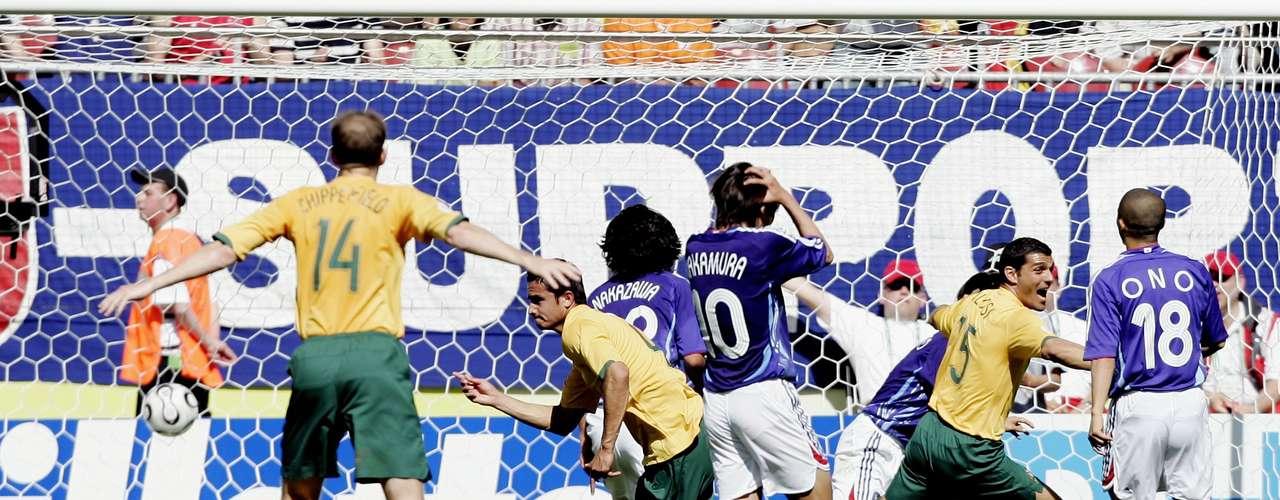 Tuvieron que pasar muchos años para que el primer gol y triunfo australiano en un Mundial llegara. Fue en Alemania 2006, en su primer partido de grupo y en un partido de ensueño, vinieron de atrás en los últimos seis minutos ante Japón, le dieron la vuelta al encuentro marcando tres goles para vencer 3-1 a los nipones.