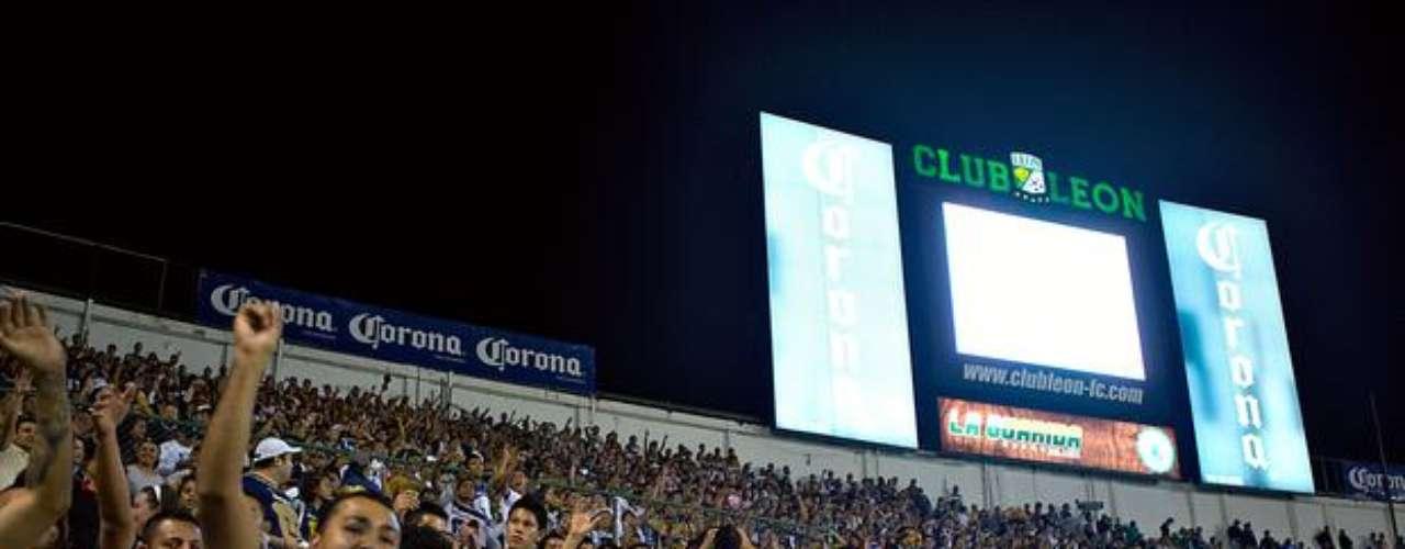 La directiva de León expresó su pesar por los alegados cantos racistas de la afición de los Pumas que visitó el estadio cel cuadro esmeralda el 8 de febrero de 2014. No es el primer incidente de racismo que tiene que ver con el cuadro universitario, pues ya tiene antecedentes.