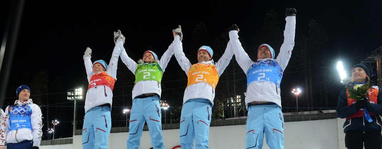 Tora Berger, Tiril Eckhoff, Bjoerndalen (de amarillo) y Emil Svendsen, el equipo mixto de Noruega que ganó la medalla de oro.
