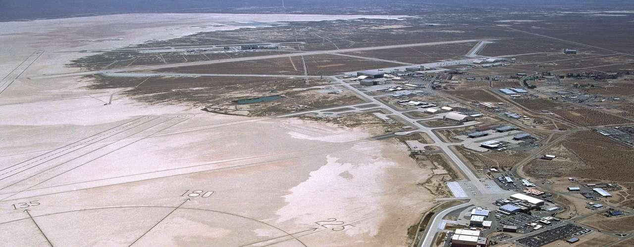 El 1 de marzo de 2014, la NASA publicó una imagen del Centro de Investigación del Vuelo Dryden de Edwards, en California, que a partir de esta fecha pasará a denominarse Centro de Investigación del Vuelo Armstrong, tras los trabajos de remodelación que se han llevado a cabo en ese lugar.
