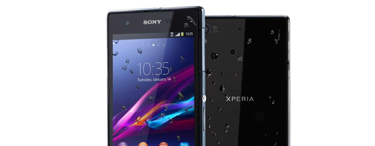 11º - Sony Xperia Z1S - Este terminal con sistema operativo móvil Android tiene la capacidad de sobrevivir 30 minutos debajo del agua. ¿Quién lo olvidaría tanto tiempo en una piscina?