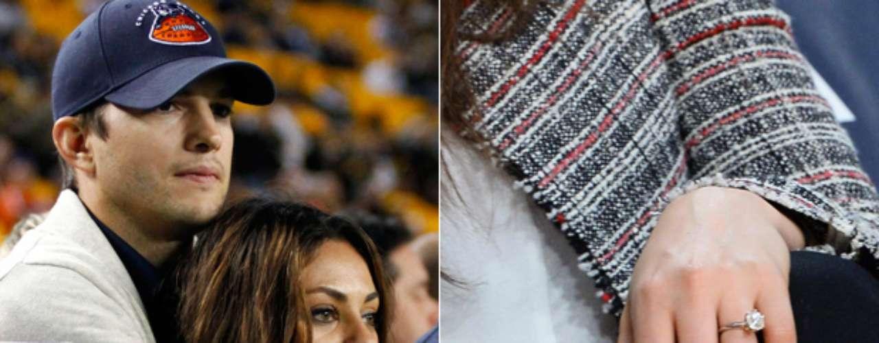 Ashton Kutcher le entregó a su novia Mila Kunis un hermoso anillo de compromiso a finales de febrero del 2014. La pareja que ya tenían aproximadamente un año de relación, no se había comprometido hasta que el actor finalizara su divorcio con Demi Moore.