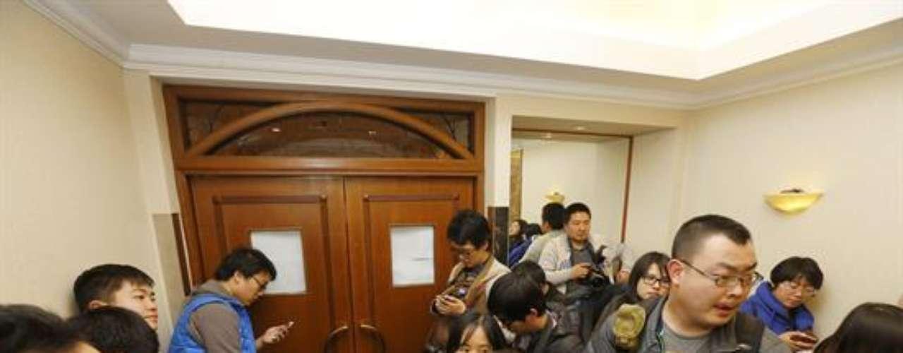 En realidad muy pocos de los confinados han entrado o salido de los salones del hotel, un recinto escoltado por una fuerte seguridad y centenares de periodistas, sobre todo chinos, la nacionalidad a la que pertenecen la mayoría de los pasajeros del vuelo (153 de los 227).