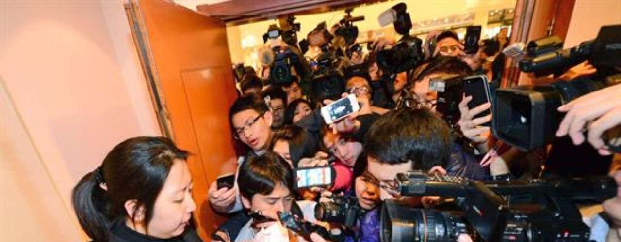 Familiares esperan noticias de los pasajeros en aeropuerto de Beijing.