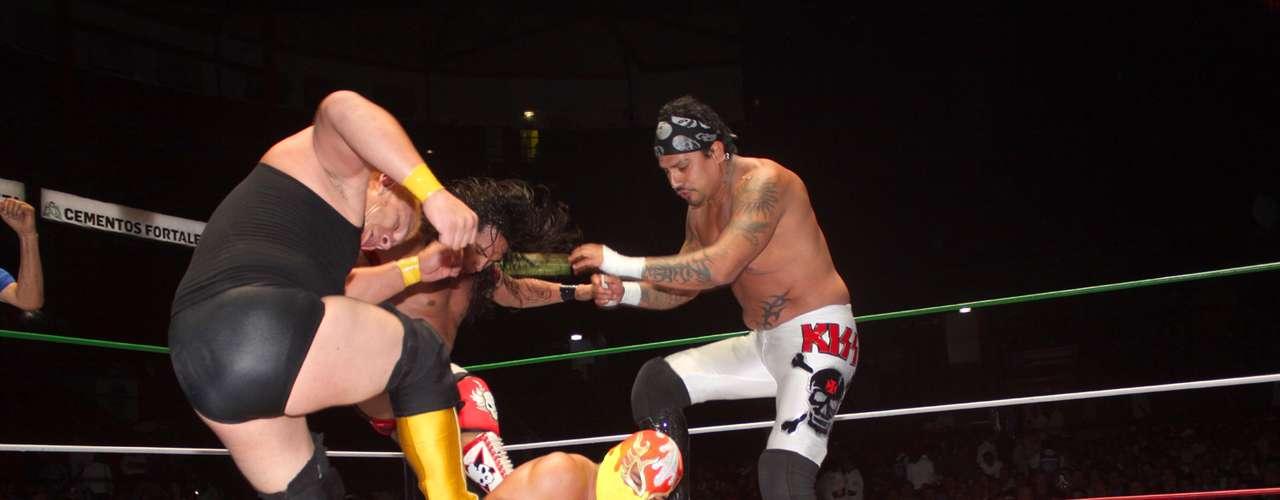 Fuego, Tritón y Oro Jr. vencieron a Canelo Casas, Disturbio y Guerrero Negro Jr., en lo que fue la primera lucha de la noche.