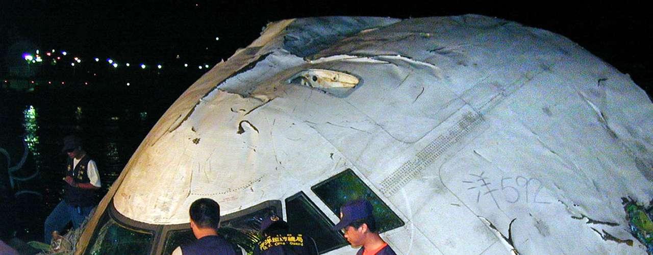 El 25 de mayo de 2002 un Boeing 747-200 de la aerolínea taiwanesa China Airlines, en el que viajaban 225 personas, cayó al mar poco después de despegar de Taipei con destino a Hong Kong. Los restos de la aeronave, que se desintegró en el aire, fueron encontrados en un radio de 80 kilómetros.