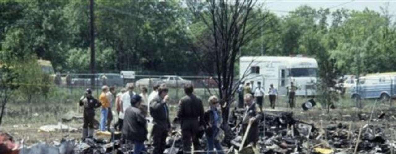 25 de mayo 1979. El vuelo 191, acelerando ya para despegar, se le desprende el ala izquierda y se estrella. Todos a bordo y dos personas más en tierra fallecen.