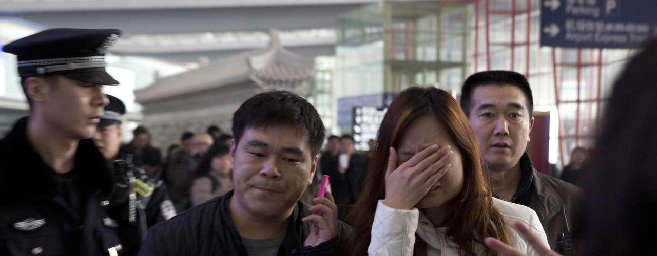 Otra familiar, una mujer de Tianjin cuyo marido viajaba en el avión, se lamentaba de lo ocurrido y aseguraba que su hijo pequeño \