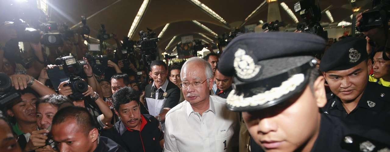 Además de los ciudadanos chinos, la lista ofrecida por Malaysia Airlines indica que el avión lleva 38 malasios, 7 indonesios, 5 indios, 6 australianos, 4 franceses, 3 estadounidenses, 2 neozelandeses, 2 ucranianos, 2 canadienses, 1 ruso, 1 italiano, 1 holandés, 1 taiwanés y 1 austríaco.