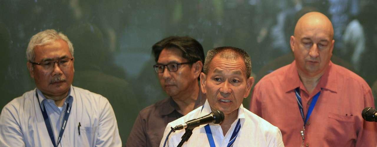 Ahmad Jauhari Yahyain, jefe ejecutivo de Malaysian Airlines Group, ofreció una conferencia de prensa en la que confirmó que el Boeing 777-200 se estrelló. Los familiares esperan en el aeropuerto de Beijing.