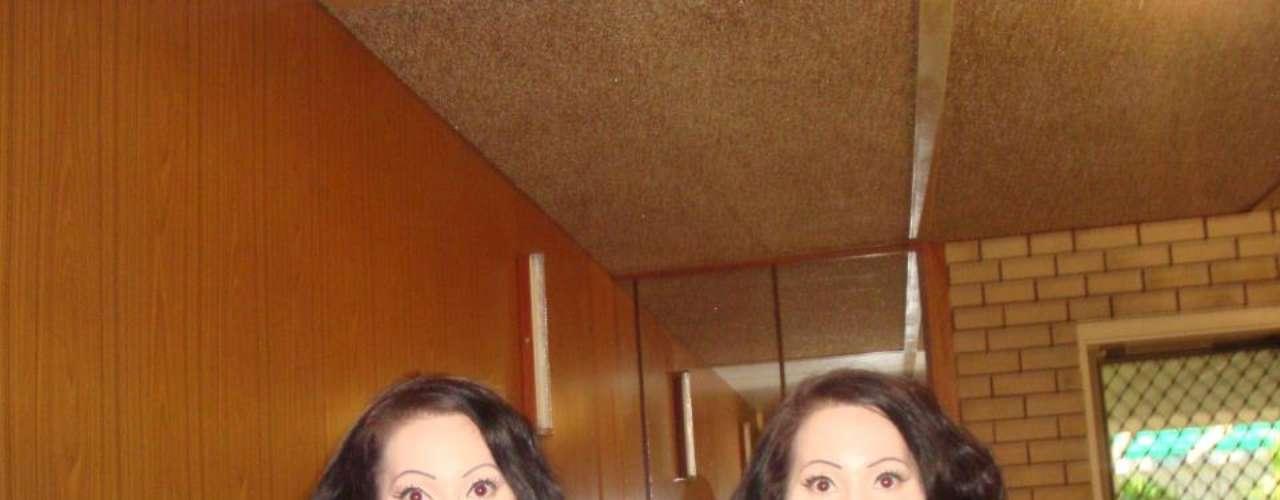 Pero ademáslas gemelas han invertido más de 200 mil dólares en cirugías y arreglos estéticos para desaparecer cualquier rasgo que las distinga una de otra: Botox en la cara y los labios, implantes de senos, cejas postizas...