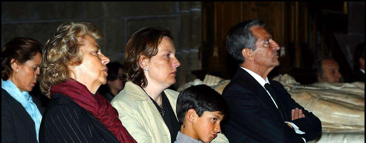 Aldolfo estaba muy unido a toda su familia, en especial a su primogénita, con quien aparece en esta imagen en el funeral de Amparo Illana.