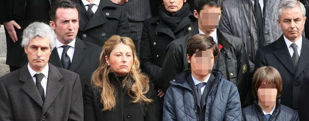 Fernando, que rehizo su vida tras la muerte de su mujer, Mariam, en 2004, ha querido arropar a sus hijos en la despedida a su abuelo.En la imagen, arriba a la derecha.