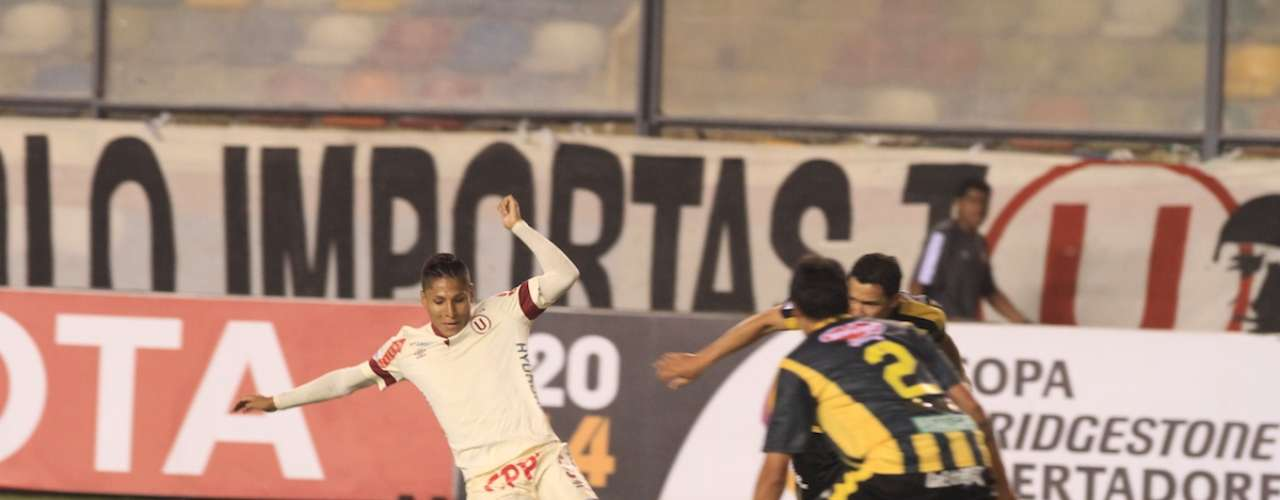 Universitario de Deportes no pudo vencer a The Strongest en el Estadio Monumental en el debut de José 'Chemo' del Solar y en un partido que se les complicó más de la cuenta igualó 3-3 ante los bolivianos por la fecha 5 de la Copa Libertadores. Los cremas llevan 14 partidos sin ganar este año. Aquí las mejores imágenes del encuentro.