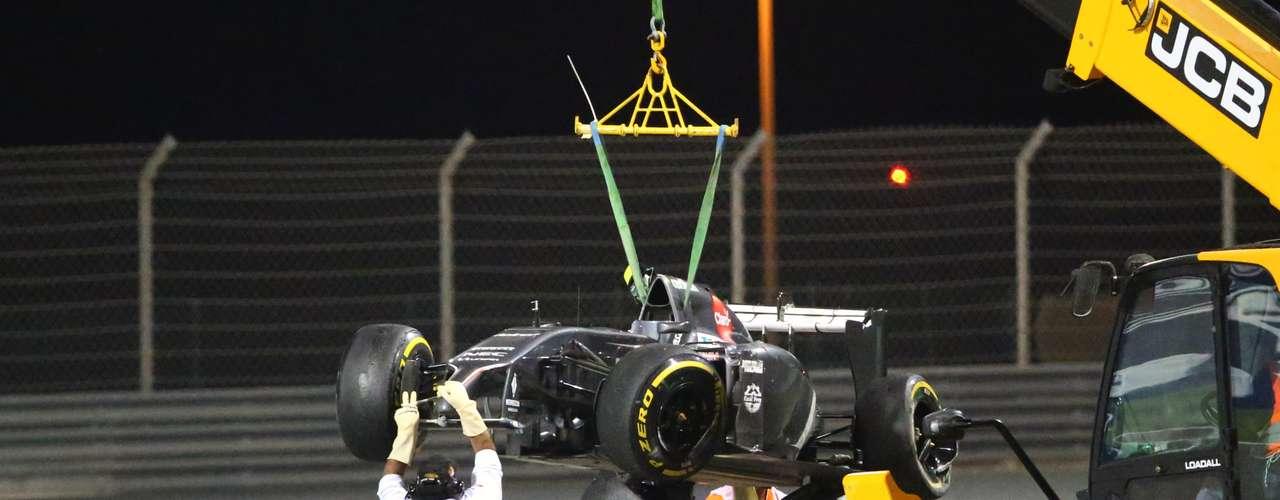 La grua tuvo que entrar a la pista a recoger el bólido del mexicano, quien no finalizó la carrera.